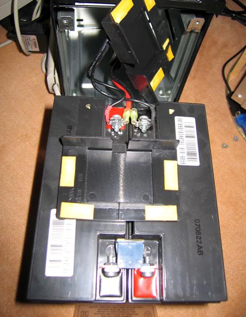 Smart-UPS1500 のバッテリー交換 端子カバーを外す