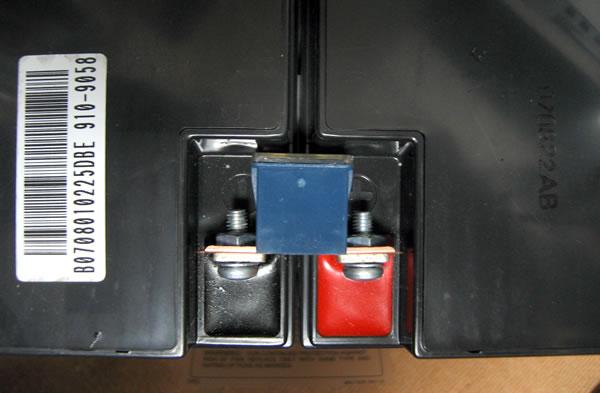 Smart-UPS1500 のバッテリー交換 ヒューズを取り外す