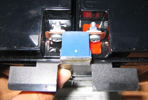 Smart-UPS1500 のバッテリー交換 バッテリー端子カバーをカット