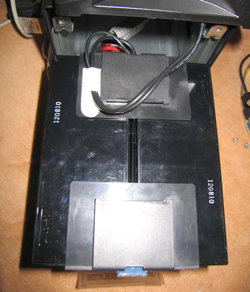 Smart-UPS1500 のバッテリー交換 バッテリー端子カバーをセットして取り付ける