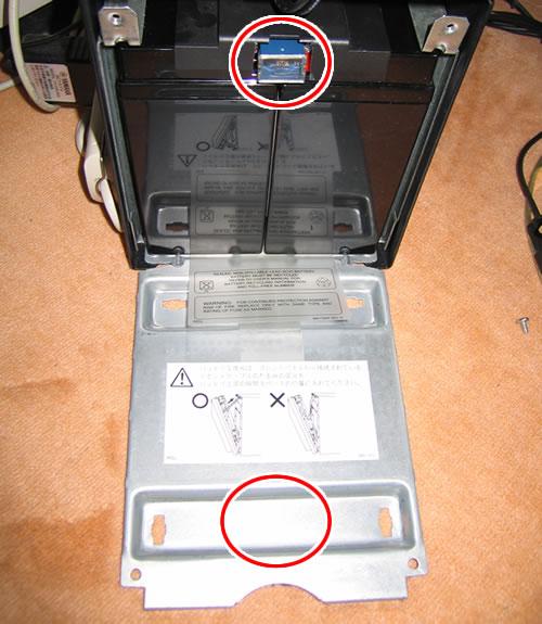 Smart-UPS1500 のバッテリー交換 飛び出したヒューズと蓋