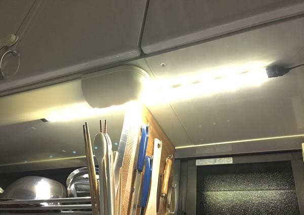 秋月電子通商で売られている棒状のLEDライト(シンク上部)