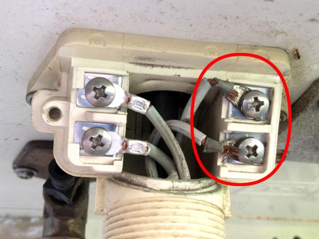 給湯器のリモコンコード接続端子の修理途中