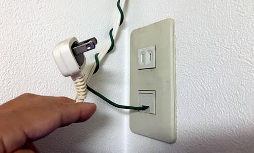 エアコン修理(電源プラグを抜く)