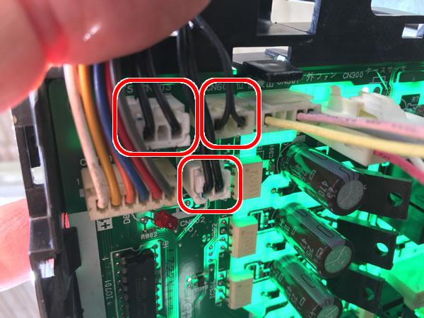 エアコン修理(電子基板上の温度センサーコネクタ)