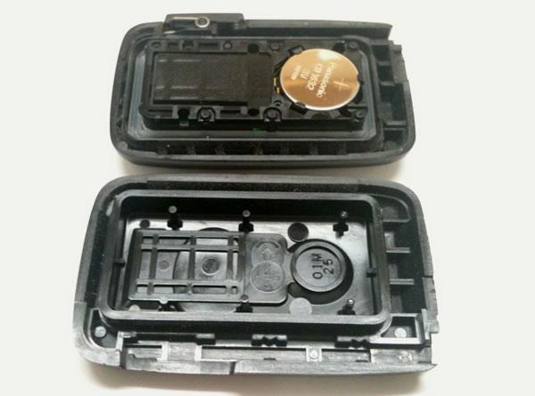 スマートキーの蓋を開けて、電池が見える側