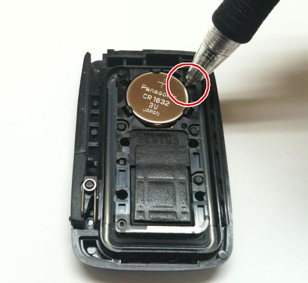 スマートキーの電池を取り出す