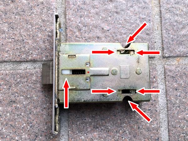 TOSTEM(トステム) QDC-18 ラッチ箱錠にシリコンスプレーを吹きかける①