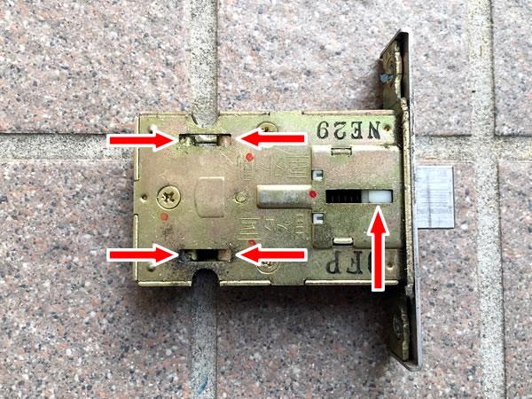 TOSTEM(トステム) QDC-18 ラッチ箱錠にシリコンスプレーを吹きかける②
