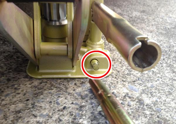 乗用車のタイヤ交換手順 ジャッキを下ろす
