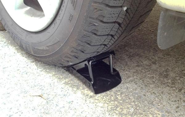 乗用車のタイヤ交換手順 車止めでタイヤを固定