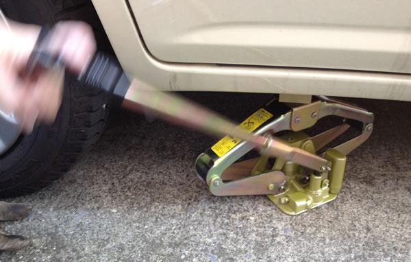 乗用車のタイヤ交換手順 ジャッキで車を持ち上げる