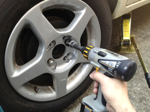 乗用車のタイヤ交換手順 ナットを外してタイヤを付け替える