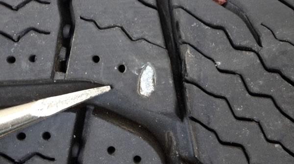 乗用車のタイヤ交換手順 何かが埋まっている