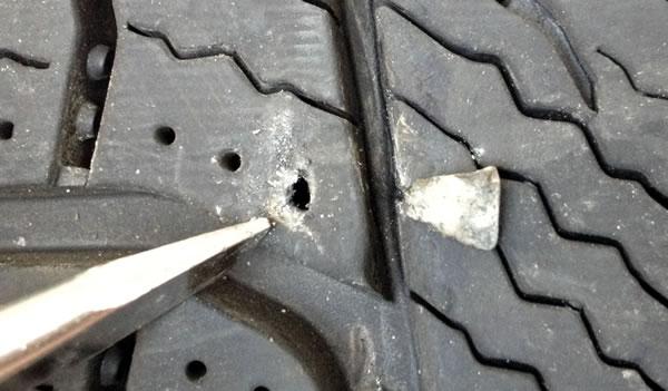 乗用車のタイヤ交換手順 異物除去後