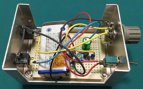 微調整用マイクアンプ 電池の収納状態