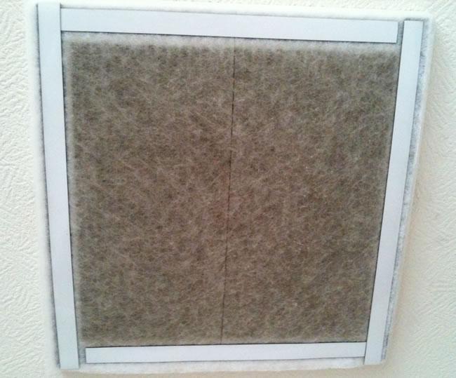 屋根裏排気型換気扇の汚れたフィルター
